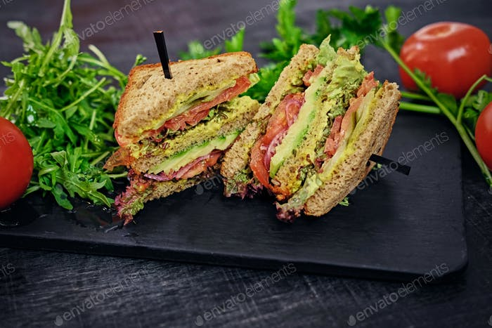 Vegetarisches Sandwich mit Salat und Tomaten.