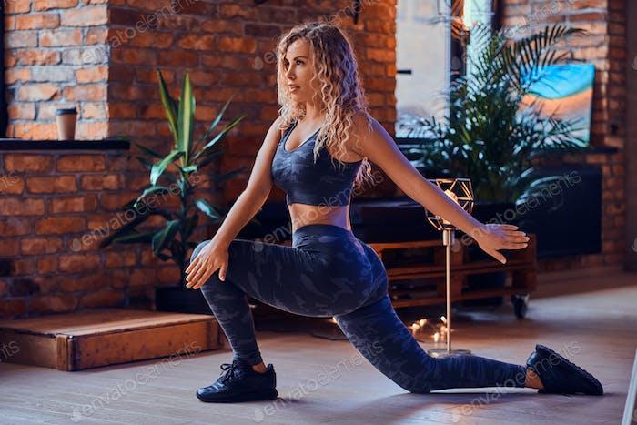 Attraktive körper-positive Frau macht Aerobic-Übungen in modernen Loft