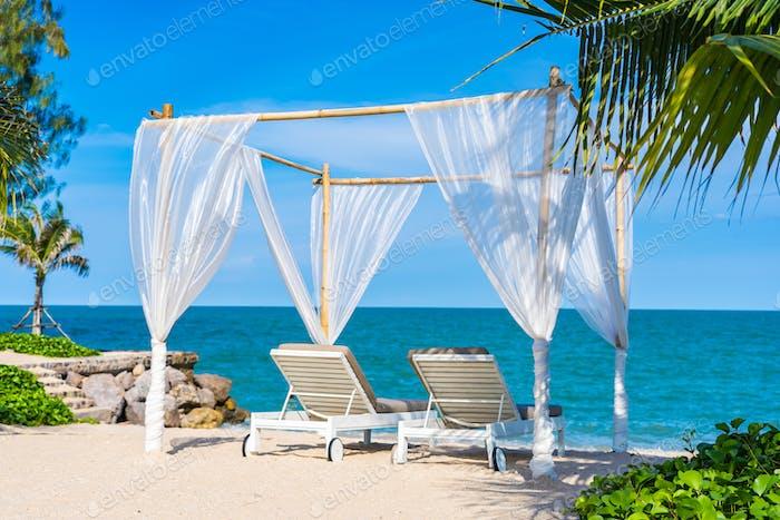 Schöner Sonnenschirm und Stuhl um Strand Meer Ozean mit blauen sk