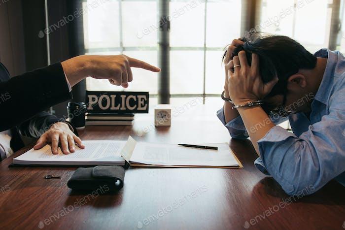 Los agentes de policía advirtieron a los delincuentes en la oficina mientras el acusado estaba estresado.