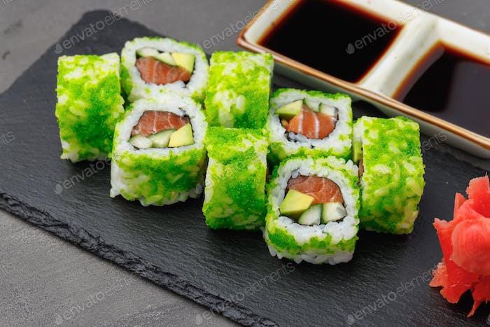 Kalifornische Sushi-Rolle mit grünem Kaviar hautnah