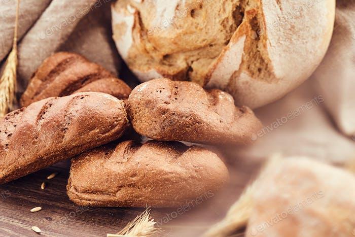 Вкусные свежехлебобулочные изделия на деревянном фоне.