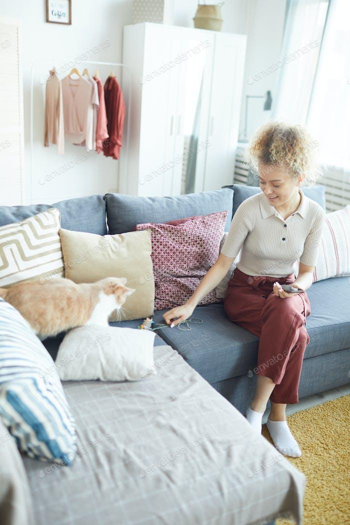 Женщина играет с домашним животным