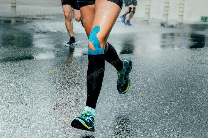Füße Mädchen Läufer in Kompressionssocke