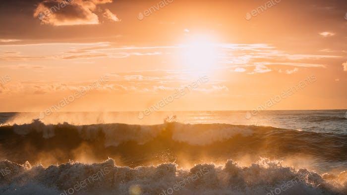 Sonne scheint über Horizont bei Sonnenuntergang oder Sonnenaufgang. Abendmeer. Ozea