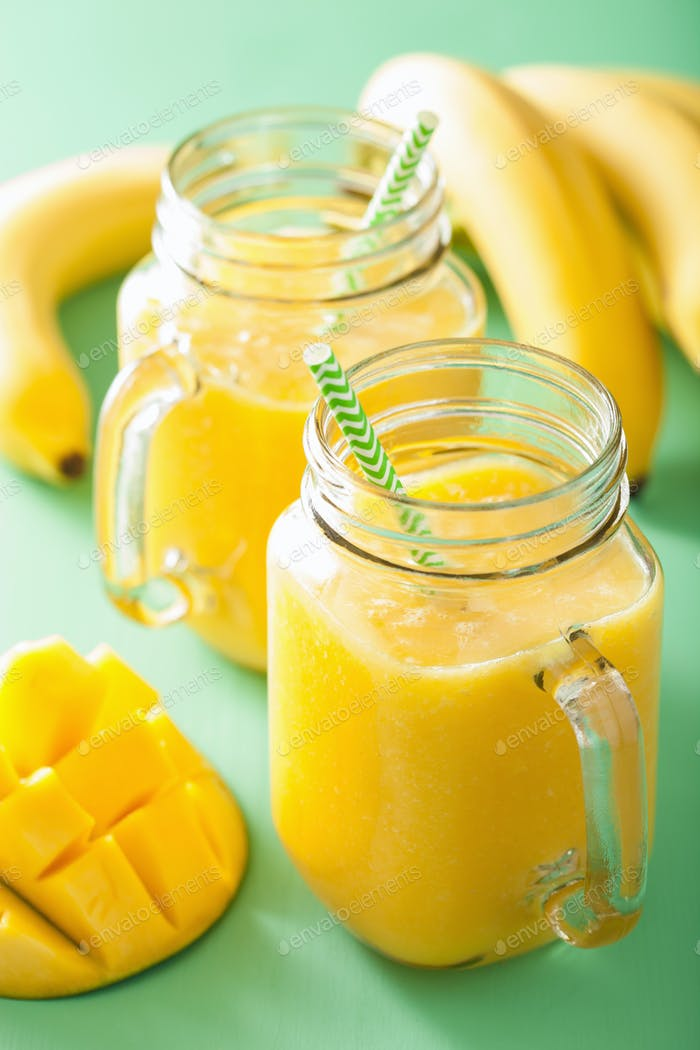 gesunder Mango Ananas Smoothie in Einmachgläsern