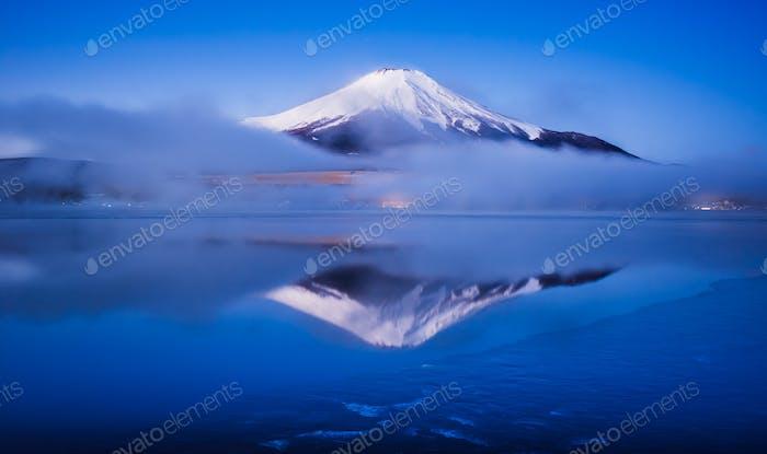 Mt.Fuji mit See Yamanaka, Yamanashi, Japan