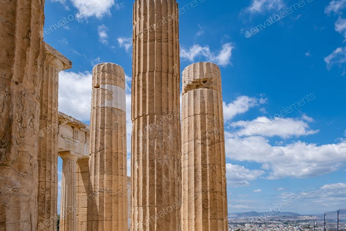 Athen, Griechenland. Propylaea Säulen in der Akropolis, blauer bewölkter Himmel im Frühjahr sonnigen Tag.