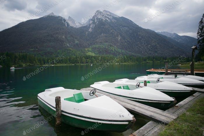 Touristenboote im kleinen Seehafen angedockt
