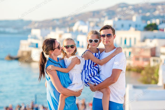 Familie mit zwei Kindern im Urlaub in Mykonos