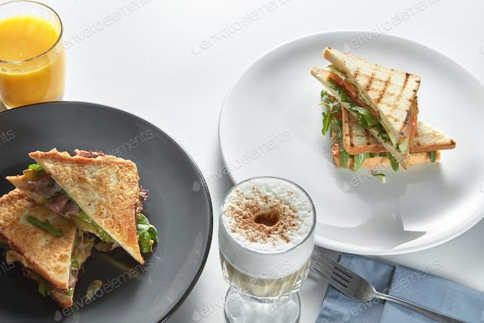 Club-Sandwiches mit verschiedenen Füllungen