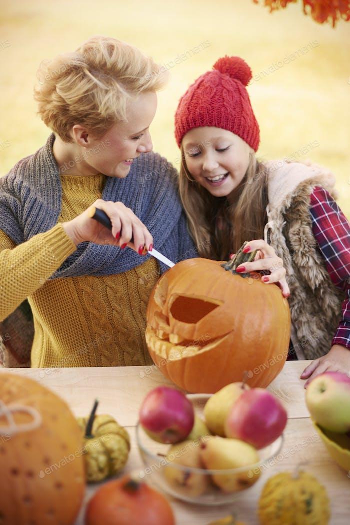 Lehre meine kleine Tochter, wie es Halloween Dekorationen