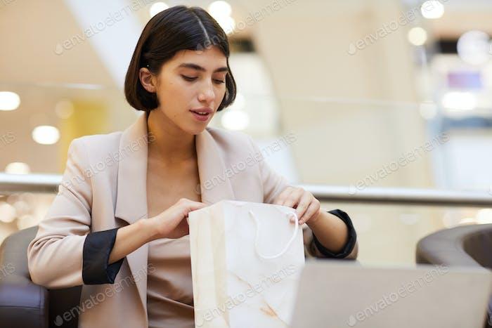 Schöne Frau suchen in Einkaufstasche