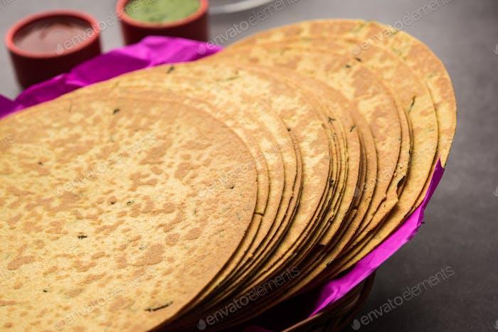 Gujarati Khakra es un bocadillo crujiente hecho de harina de trigo integral servido con té