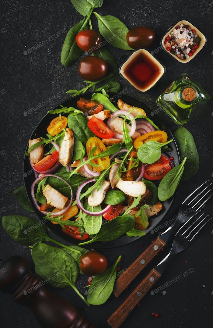 Frischer Salat mit Spinat, Hühnchen, Tomaten, Rucola, Maissalat und Zwiebel