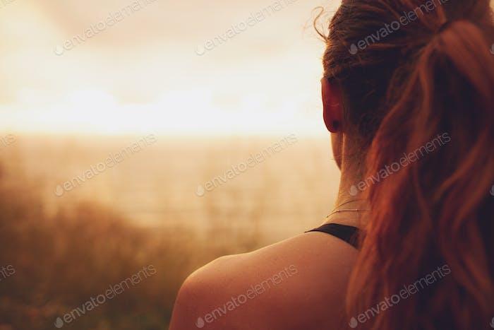 Frau Blick auf den Sonnenuntergang