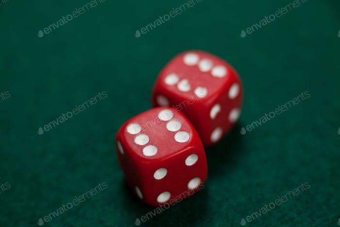 Paar Würfel auf Pokertisch