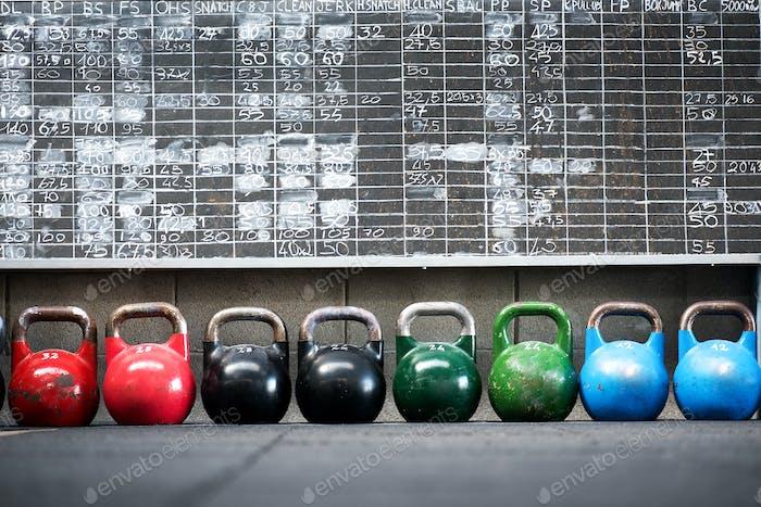 Reihe von bunten Paar Kettlebell Gewichte