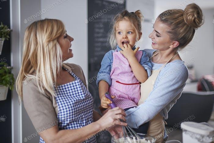 Backen mit Familie ist ein guter Weg für Langeweile
