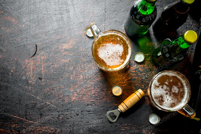 Bier in Flaschen und Gläsern.