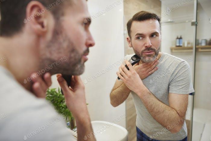 Mann mit Elektrorasierer Rasur