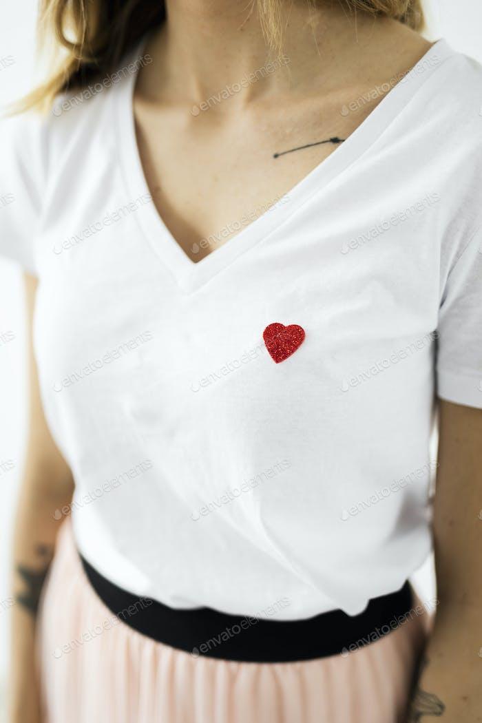 Mujer en camiseta blanca