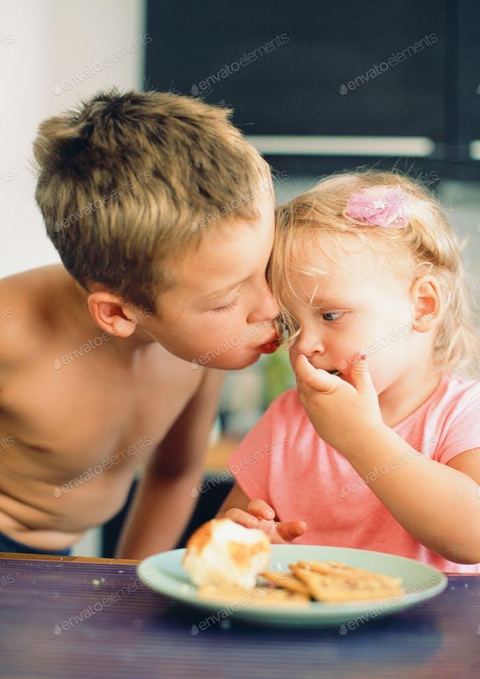 Brüder küssen für geliebte kleine Schwester