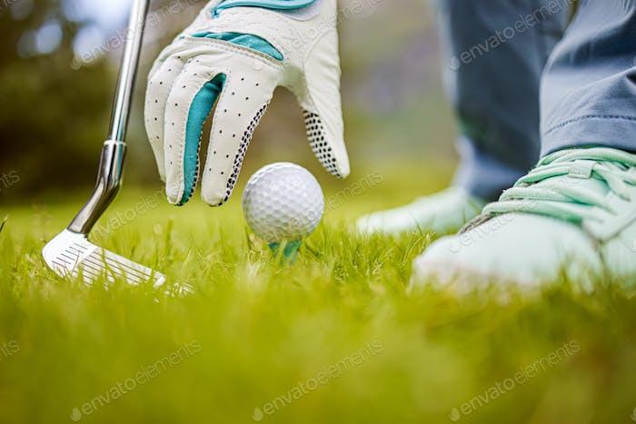 Hand in Handschuh Platzieren Golfball auf T-Stück