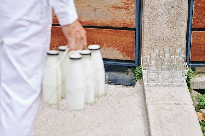 Lieferung von Milch am frühen Morgen