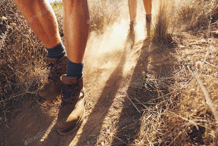 Excursionistas que caminan por el sendero del campo