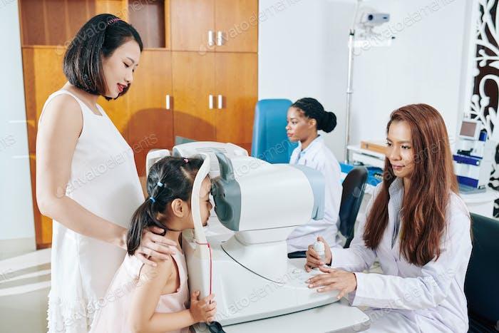 Kinderaugenarzt Überprüfung Oculus fundus