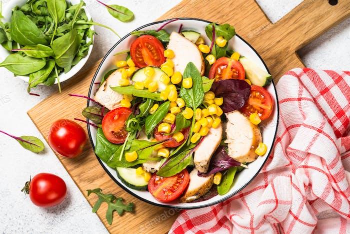 Salat mit Huhn und vevetables auf weiß