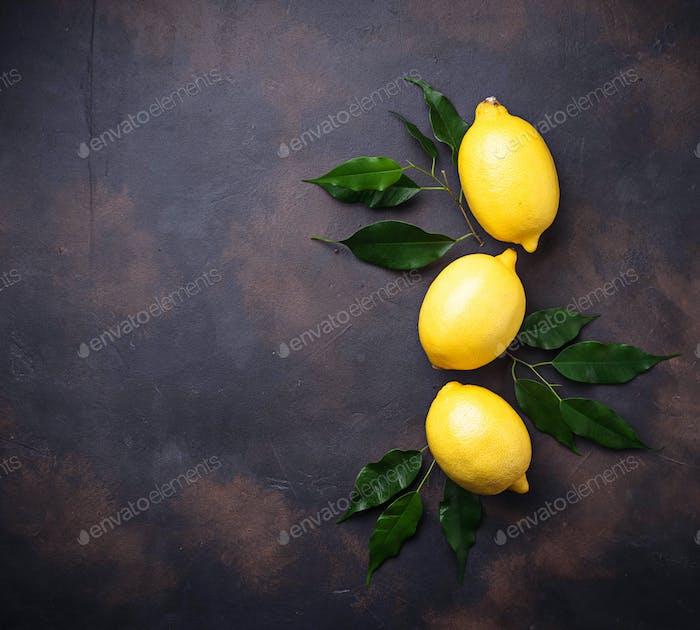 Frische saftige Zitronen auf rostigen Hintergrund