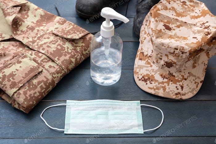 Armee-Coronavirus-Schutzkonzept. Handdesinfektionsmittel und US-Armee-Ausrüstung