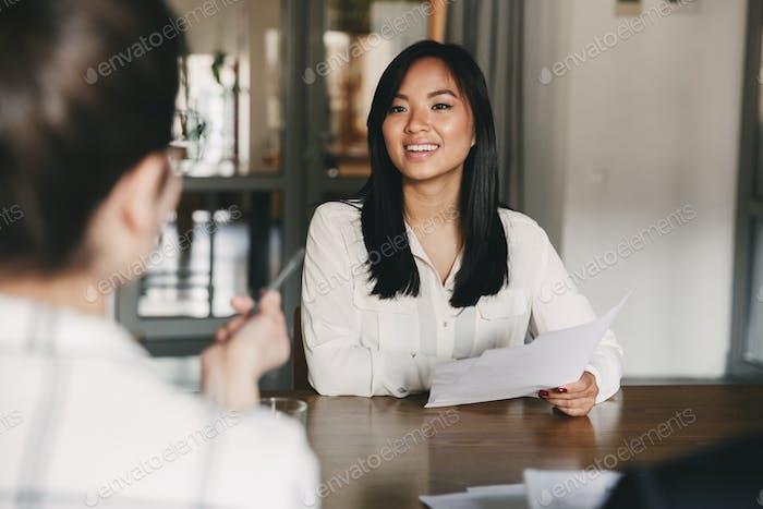 Negocios, carrera y Concepto de colocación - alegre Mujer asiática smil