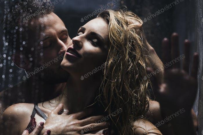 Mann küssen Frau beim Duschen