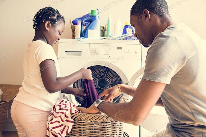 Papá e hija trabajando juntos en casa