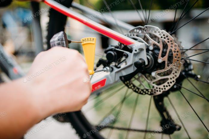 Fahrradmechaniker Hände mit Service-Tools