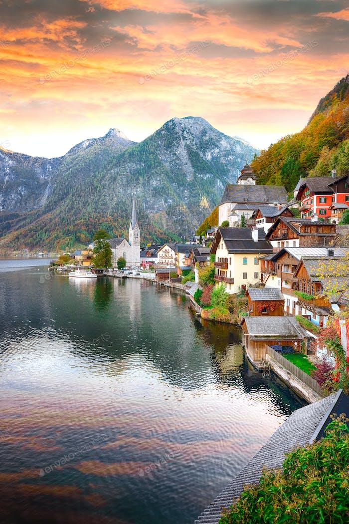 Klassische Postkartenansicht der berühmten Hallstätter Seestadt reflecti