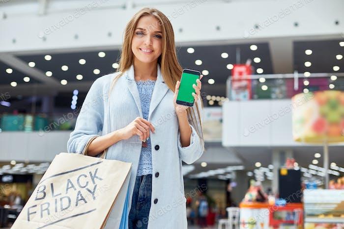 Junge Frau präsentiert Shopping-App