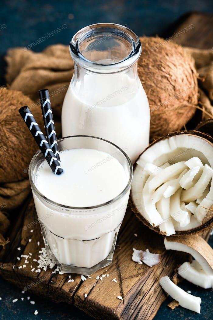 Frische Kokosmilch in Glas und Flasche, vegan nicht Milchprodukte gesundes Getränk
