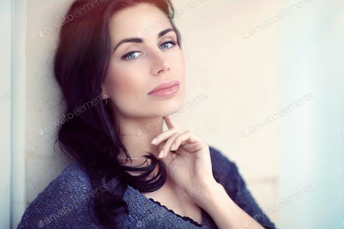 Schöne ernste Frau