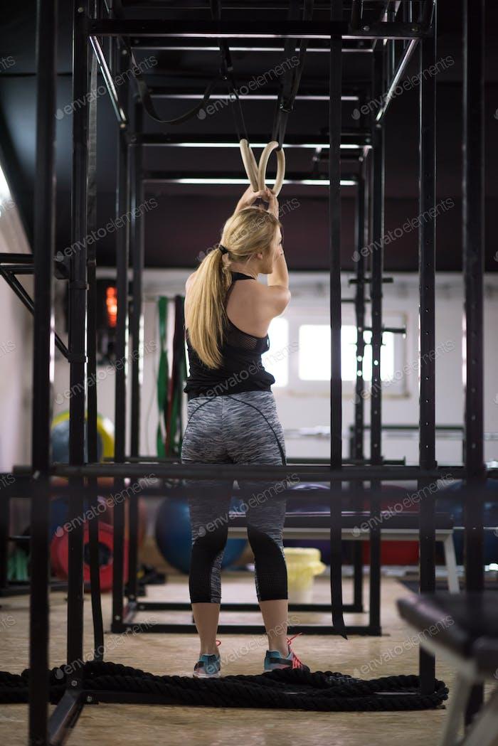 Frau arbeiten auf Gymnastikringe