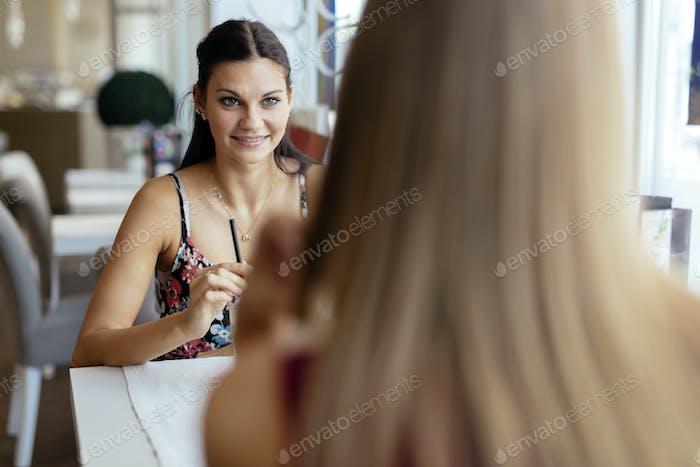 Schöne Frauen genießen Getränke