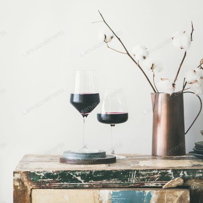 Zwei Gläser Rotwein. Weinhandwerkskonzept