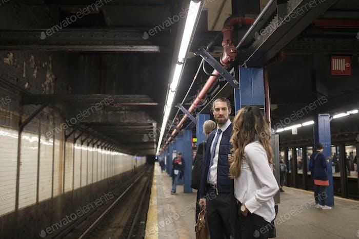 Kollegen warten auf Zug an der U-Bahnstation