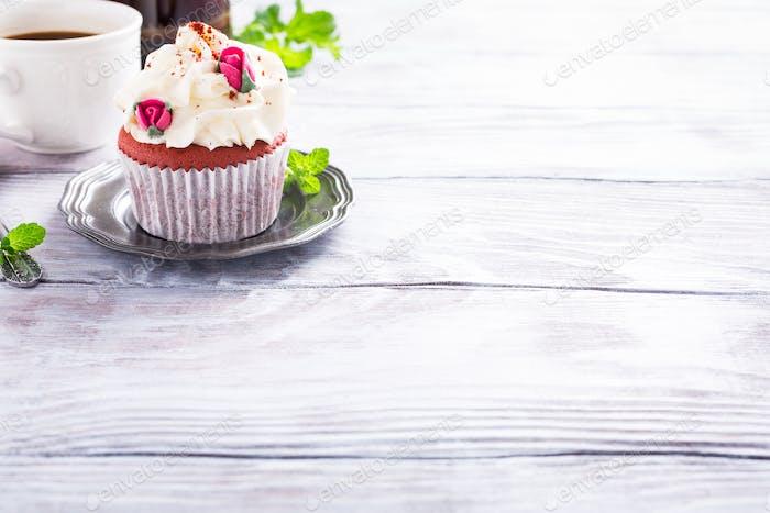 Schöne rote Samt-Cupcake