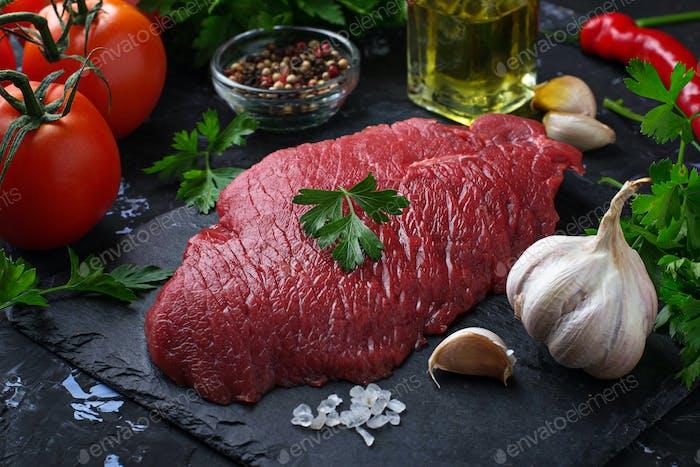 Rohes frisches Rindfleisch Steak und Gemüse