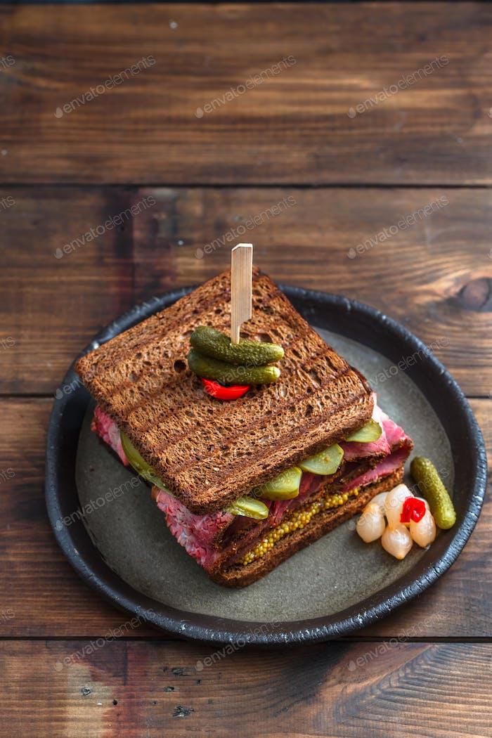 Pastrami-Sandwich mit Gurke, Draufsicht