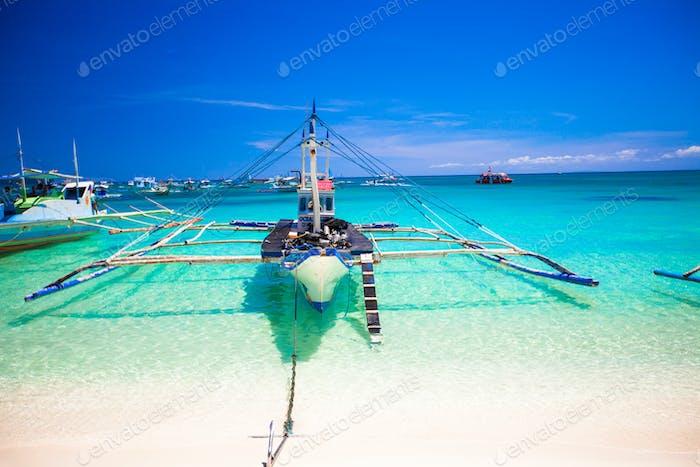 Filipino Boot im türkisfarbenen Meer, Boracay, Philippinen